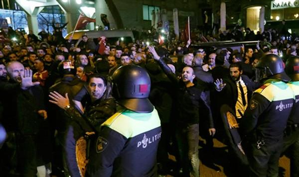Cảnh sát và người biểu tình phía ngoài lãnh sự quán Thổ Nhĩ Kỳ ở Rotterdam, Hà Lan, ngày 11/3. Ảnh:Reuters.