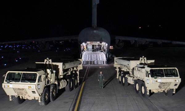 Bộ phận đánh chặn trong tổ hợp THAAD được chuyển tới căn cứ Osan, Hàn Quốc, đêm 6/3. Ảnh:Reuters