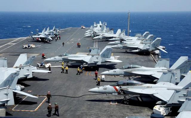 Trên boong tàu sân bay Mỹ USS Carl Vinson. (Ảnh: Reuters)