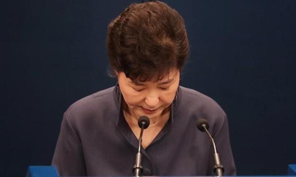 Tổng thống Park Geun-hye cúi đầu xin lỗi khi phát biểu tại Nhà Xanh tháng 10/2016. Ảnh:Reuters.