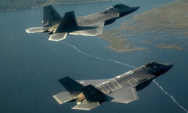 Tiêm kích F-22 và F-35 của Mỹ. Ảnh:USAF