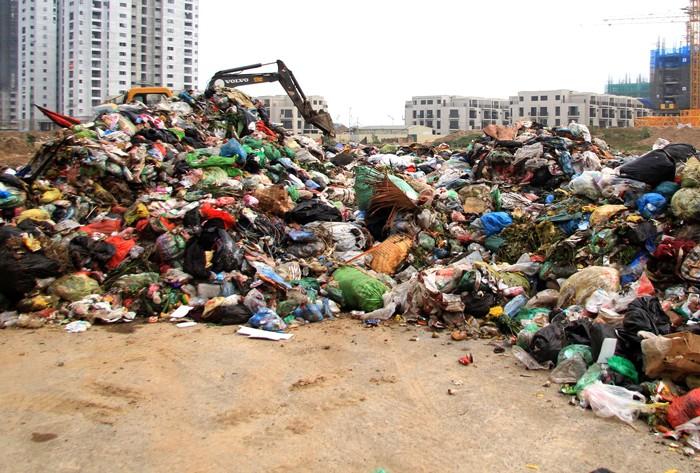 """Nhà thầu cho biết, dù được quận Nam Từ Liêm đồng ý nhưng do chưa thông báo với chính quyền phường Phương Canh, dẫn đến bị hiểu lầm là """"đổ rác trộm"""". Ảnh: Ngọc Trí"""