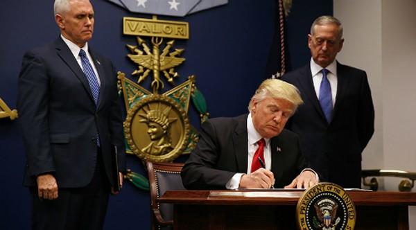 Trump ký sắc lệnh cấm nhập cảnh. Ảnh:Reuters