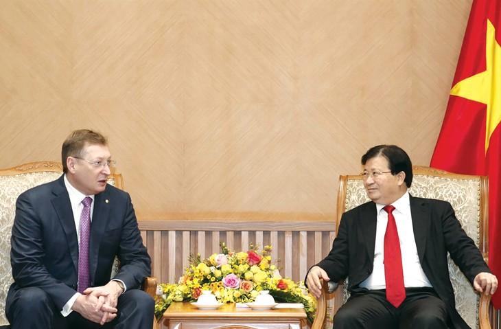 Phó Thủ tướng Trịnh Đình Dũng ghi nhận những kiến nghị của Công ty Zarubezhneft về các vấn đề liên quan đến thuế. Ảnh: TTXVN