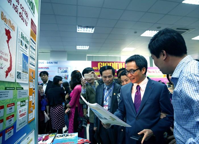 Phó Thủ tướng Vũ Đức Đam tham quan gian trưng bày của Báo Đấu thầu. Ảnh: Lê Tiên