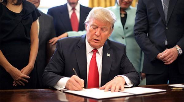 Tổng thống Mỹ Donald Trump ký sắc lệnh cấm nhập cảnh. Ảnh:RT.