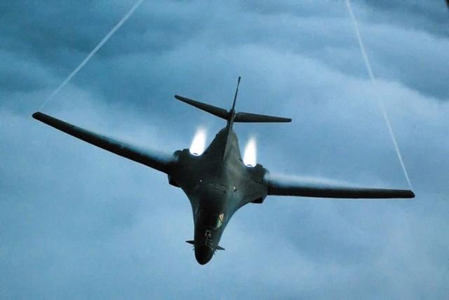 Máy bay ném bom tầm xa B-1B. (Ảnh: Chosun Ilbo)