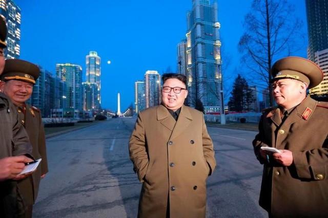 Nhà lãnh đạo Triều Tiên Kim Jong-un cùng các quan chức quân đội thị sát một công trình xây dựng ở Bình Nhưỡng (Ảnh: KCNA)