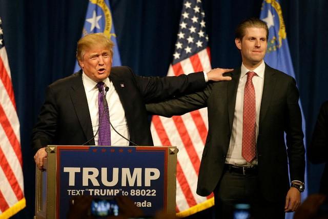 Tổng thống Donald Trump và con trai Eric trong một sự kiện vận động tranh cử năm 2016 (Ảnh: Ibtimes)