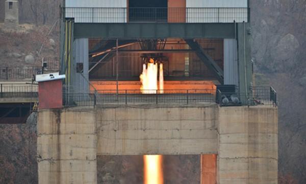 Triều Tiên thử nghiệm động cơ tên lửa đẩy. Ảnh: KCNA