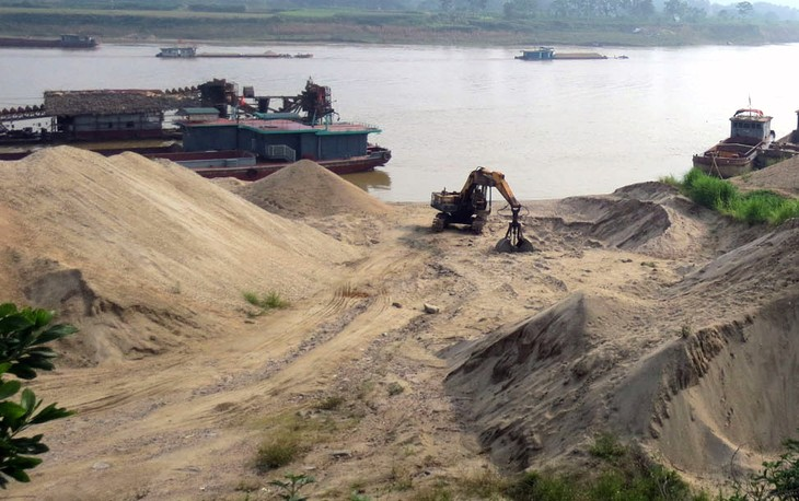 17 dự án nạo vét, duy tu luồng đường thủy nội địa trên sông Hồng đang được giao cho 12 doanh nghiệp thực hiện, khai thác. Ảnh: Quế Hà