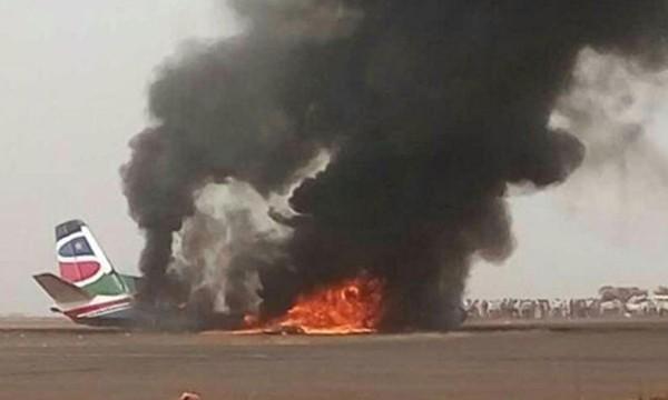Phi cơ South Supreme Airlines bốc cháy tại sân bay thành phố Wau. Ảnh:Xinhua.
