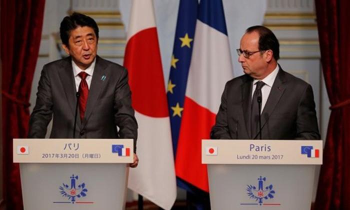 Thủ tướng Nhật Bản Shinzo Abe (trái) và Tổng thống Pháp Francois Hollande. Ảnh:Reuters