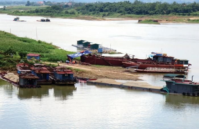 Theo chủ trương cấp phép nạo vét lòng sông, các tàu nạo vét chỉ được hoạt động từ 6 giờ sáng đến 6 giờ tối. Ảnh: Quế Hà