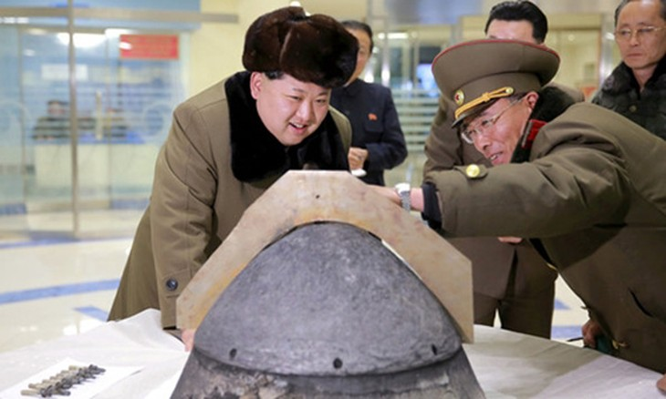 Nhà lãnh đạo Kim Jong-un xem mô hình đầu đạn tên lửa Triều Tiên. Ảnh:Reuters
