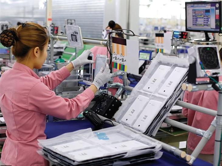 Chuyển giao công nghệ được thực hiện chủ yếu từ các công ty xuyên quốc gia (TNCs). Trong ảnh: Sản xuất thiết bị di động trên dây chuyền công nghệ hiện đại tại nhà máy của Samsung.