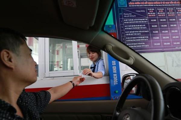 Thu phí đường bộ tại trạm BOT cao tốc Hà Nội - Hải Phòng. Ảnh: HẢI NGUYỄN