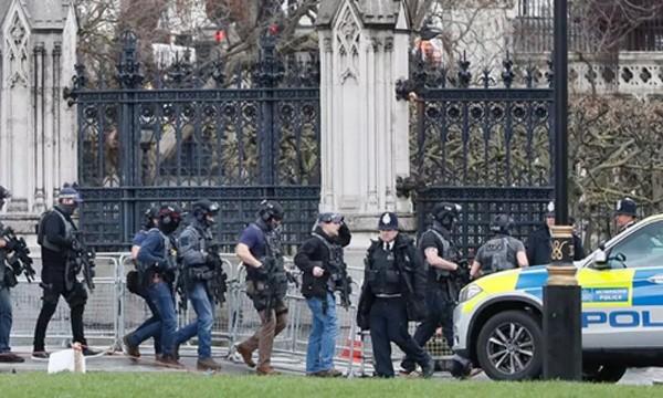 Cảnh sát vũ trang bảo vệ tòa nhà quốc hội Anh sau vụ tấn công. Ảnh:AP