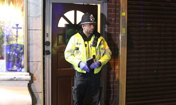 Cảnh sát Anh đứng phía ngoài căn hộ ở thành phố Birmingham. Ảnh:Sky.