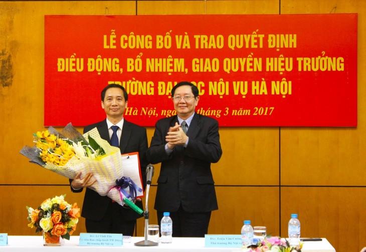 Bộ trưởng Lê Vĩnh Tân trao quyết định và chúc mừng ông Nguyễn Bá Chiến. Ảnh Moha.gov.vn