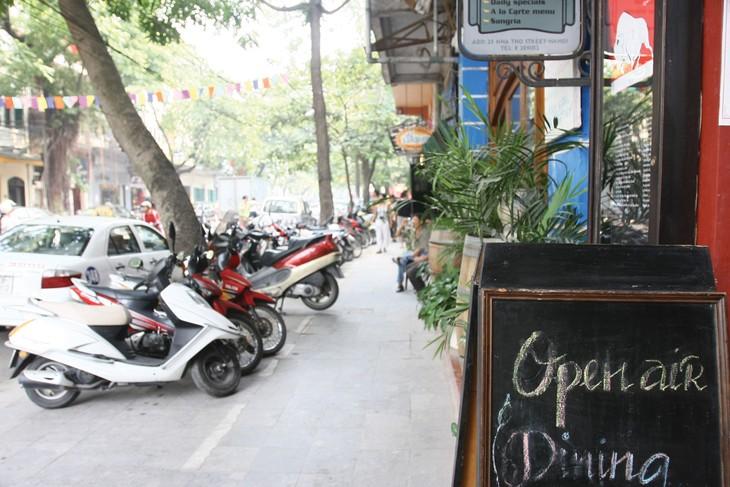 Luật Giao thông đường bộ quy định việc sử dụng vỉa hè cho mục đích phi giao thông do UBND các tỉnh, thành phố quyết định. Ảnh: Huyền Trang