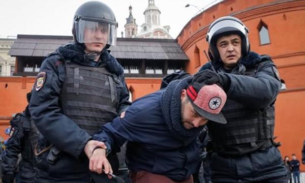 Cảnh sát Nga bắt một người ủng hộ phe đối lập trong cuộc biểu tình hôm 26/3 ở Moscow. Ảnh:Reuters