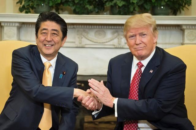 Tổng thống Mỹ Donald Trump (phải) bắt tay Thủ tướng Nhật Bản Shinzo Abe trong cuộc gặp tại Nhà Trắng hồi tháng 2 (Ảnh: Getty)
