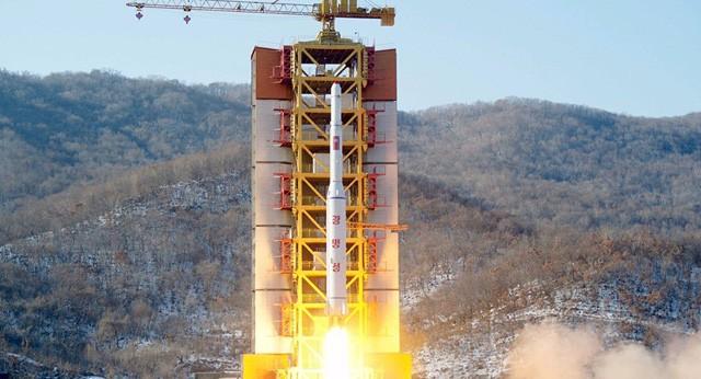 Một tên lửa tầm xa của Triều Tiên được phóng từ khu phóng tên lửa Sohae (Ảnh: Reuters)