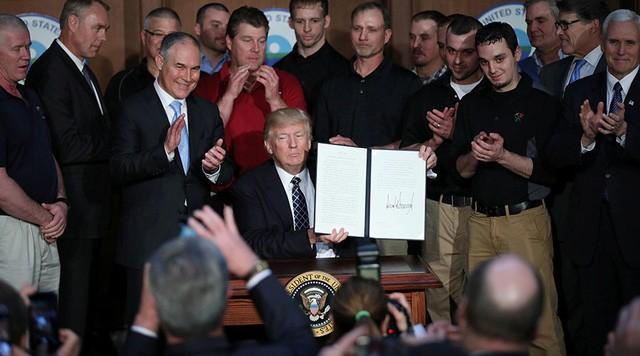 """Tổng thống Trump ký sắc lệnh """"Độc lập Năng lượng"""" ngày 28/3 (Ảnh: Reuters)"""