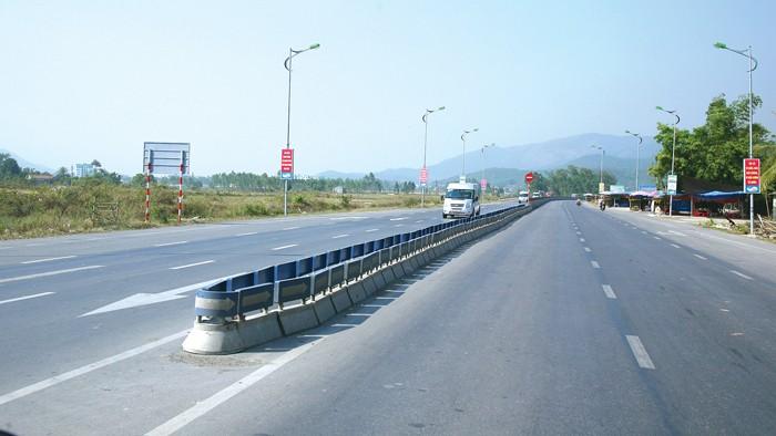 Quốc lộ 18A được mở rộng từ 2 làn xe lên 4 làn xe. Ảnh: Lê Tiên