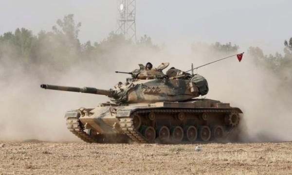 Xe tăng quân đội Thổ Nhĩ Kỳ tiến vào thị trấn Jarabulus của Syria. Ảnh:Al Jazeera.