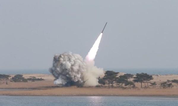 Một vụ phóng thử tên lửa của Triều Tiên. Ảnh:Reuters.