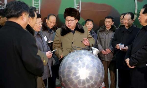Nhà lãnh đạo Triều Tiên Kim Jong-un trò chuyện với các nhà khoa học hạt nhân. Ảnh:KCNA