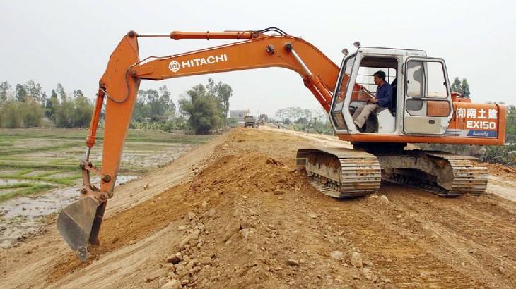 Dự án Kè chống sạt lở bờ sông khu vực thị trấn Long Hồ có tổng mức đầu tư hơn 80 tỷ đồng. Ảnh: Hoài Nam