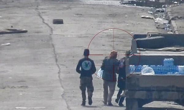 Người đàn ông rơi vào tầm ngắm và bị IS bắn chết khi xi nước uống từ quân đội Iraq. Ảnh:Iraqi news.