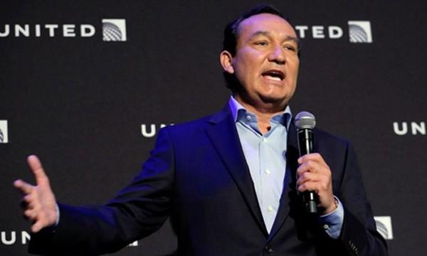 CEO United Airlines - Oscar Munoz trong một sự kiện ở New York năm ngoái. Ảnh:Reuters