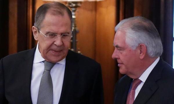 Ngoại trưởng Nga Sergei Lavrov (trái) và người đồng cấp Mỹ Rex Tillerson. Ảnh: Reuters