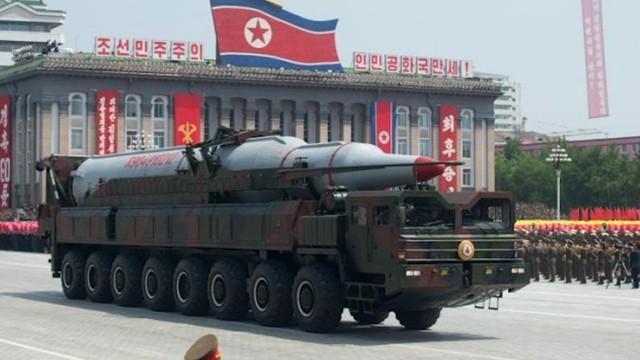 Tên lửa của Triều Tiên trong một cuộc duyệt binh (Ảnh: AFP)