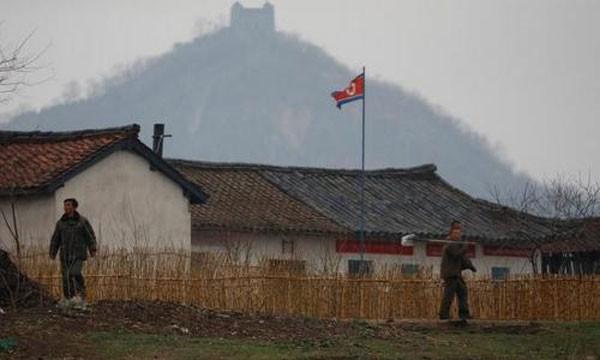 Cuộc sống ở khu vực biên giới Trung - Triều vẫn diễn ra như bình thường. Ảnh:Reuters.