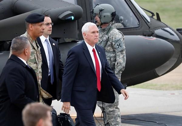 Phó tổng thống Mỹ Mike Pence tới Camp Bonifas, gần làng đình chiến Panmunjom, Paju, Hàn Quốc. Ảnh:Reuters.