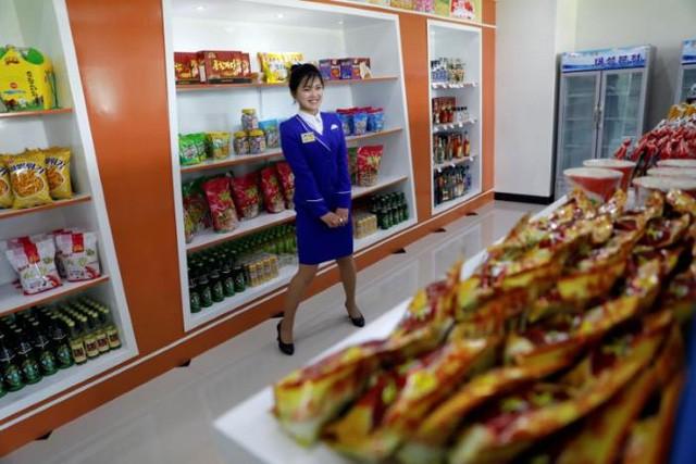 Bên trong một cửa hàng tạp hóa tại một khu chung cư mới được xây dựng ở Bình Nhưỡng, Triều Tiên (Ảnh: Reuters)