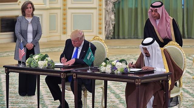 Tổng thống Donald Trump và Quốc vương Salman bin Abdulaziz al-Saud tại thủ đô Riyadh ngày 20/5 (Ảnh: AFP)