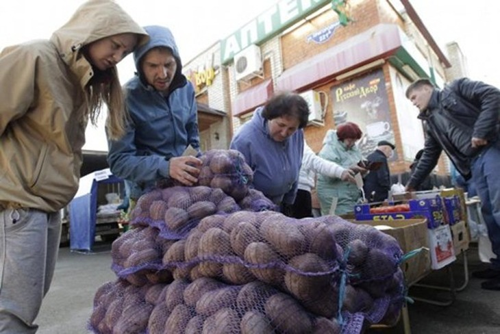 Người dân mua bán tại một chợ thực phẩm ở Nga. Ảnh:Reuters