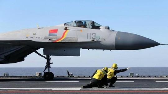 Máy bay chiến đấu chuẩn bị xuất kích từ tàu sân bay Liêu Ninh của Trung Quốc. (Ảnh: SCMP)