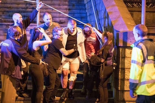 Cảnh tượng kinh hoàng sau vụ nổ tại nhà thi đấu ở Anh