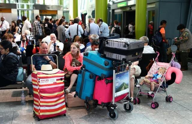 Hàng trăm hành khách mắc kẹt tại 2 sân bay lớn nhất London (Ảnh: Reuters)