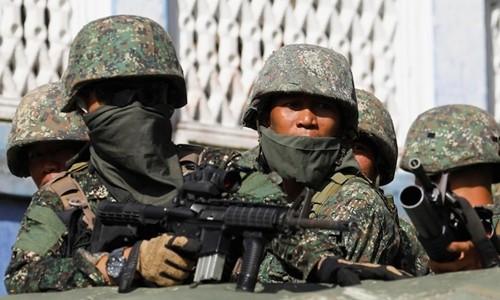 Lính thủy đánh bộ Philippines chiến đấu chống phiến quân. Ảnh:Reuters