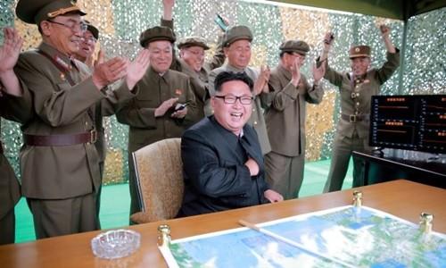 Nhà lãnh đạo Kim Jong-un và giới quân sự Triều Tiên. Ảnh:KCNA