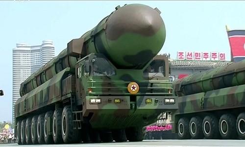 Mẫu tên lửa được cho là ICBM mới của Triều Tiên trong lễ duyệt binh ngày 15/4. Ảnh: Reuters.