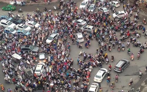 Theo Giám đốc Sở Giao thông Vận tải Hà Nội, từ nay đến năm 2030, thành phố đặt ra mục tiêu đầu tư đồng bộ kết cấu hạ tầng giao thông, phát triển giao thông công cộng, nhằm đủ điều kiện để dừng xe máy trong nội đô từ 2030.